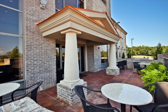 Holiday Inn Express Hotel & Suites Opelika Auburn: Relax on the Guest Patio