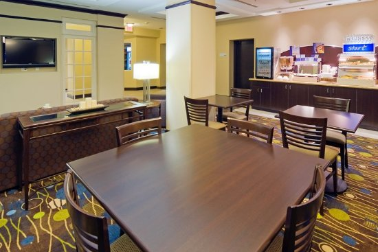 ‪‪Holiday Inn Express & Suites Fort Myers- The Forum‬: Enjoy free breakfast in our spacious dining area!‬