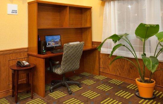 Holiday Inn Express Hotel & Suites Kansas City Sports Complex: Business Center