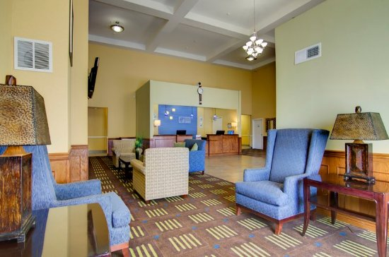 Holiday Inn Express Hotel & Suites Kansas City Sports Complex: Plenty of seating in our lobby