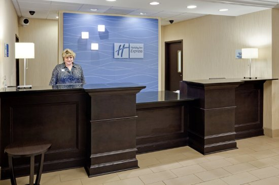Holiday Inn Express Hotel & Suites Lebanon: Front Desk