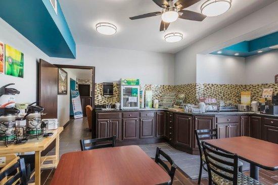Charleston, MO: Breakfast Area