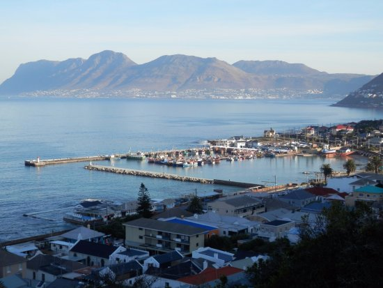 Muizenberg, Zuid-Afrika: Kalk Bay harbor and  the mountains of the Cape Peninsula from Boyes Drive