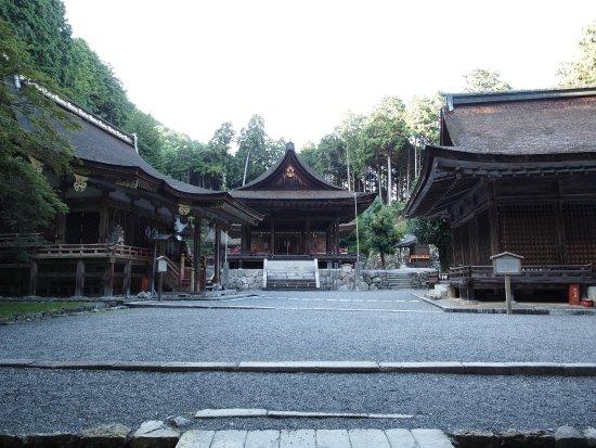 Hiyoshi Taisha: 東本宮は社殿の参道が十字に交わります