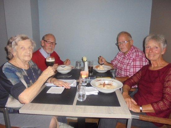 Boom, Bélgica: We waren aan het dessert toen de foto werd genomen. Spijtig geen foto van hoofdgerecht.