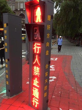 Yuyao, Cina: Stop lights at corner
