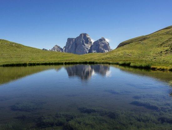 Selva di Cadore, Italie : Il Pelmo si specchia nel lago delle Baste