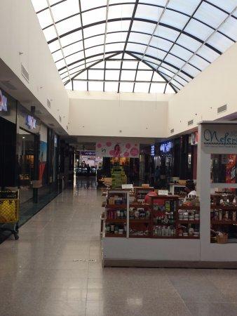 1324b536d6998 ... Magasin d accessoires de mode. Senzo Mall   Allée avec verrière.
