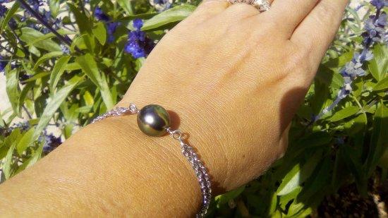 Eva Perles Pearl Buying : Perle Cœur bleu, Robe rose aura vert et bleu. On voit bien les différentes couleurs à l'œil nu.