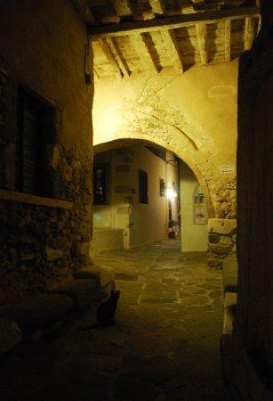 Kastro: una stradina verso il castello