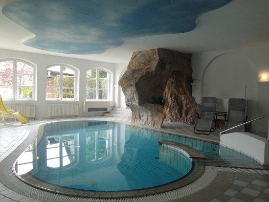 Heiligenbrunn, Austria: Hallenbad mit Wasserfall, Sauna, Aromadampfkabine, Tropenregen beim Krutzler