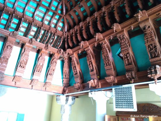 Srivilliputhur, Индия: The exquisite wooden carving on the roof in the corridor of Vatapattrasayee Temple Upper Level
