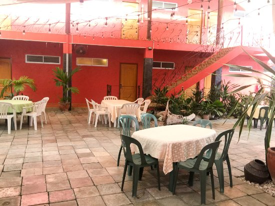 Anisabel Suites: Some of the dining tables outside the restaurant. Pretty cozy in here...