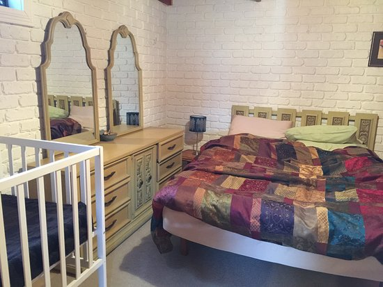 Deloraine, Australia: Bedroom - bed is soft, not firm, sheets were smelly