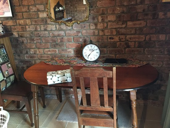 Deloraine, Australia: Dining area is space of one table against wall. Dirty table and dust on walls
