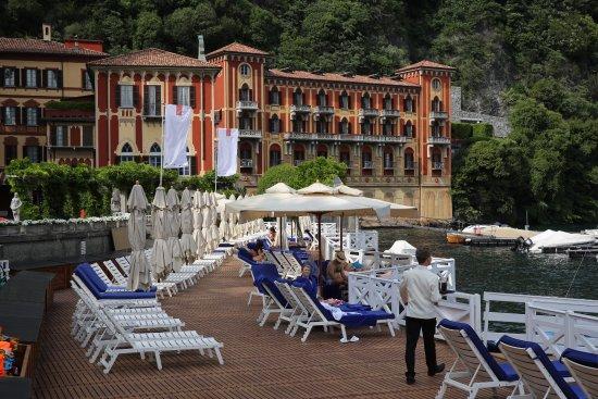 Cernobbio (CO). Hôtel et Parc de la Villa d'Este. Sa terrasse près de la piscine chauffée.