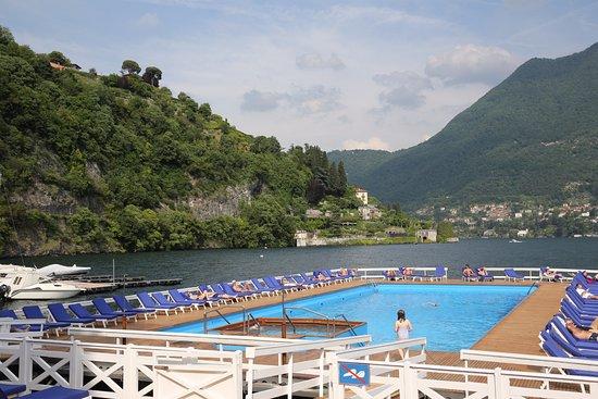 Cernobbio (CO). Parc de l'Hôtel Villa d'Este. Sa piscine chauffée