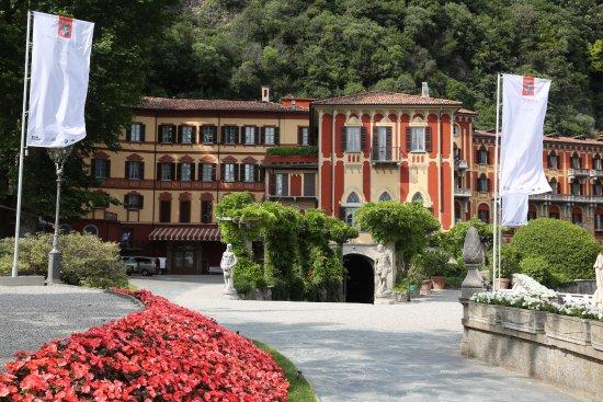 Cernobbio (CO). Parc de l'Hôtel Villa d'Este. Partrresde de fleurs et statu