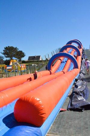 Pabu, France : ventriglisse gonflable aquatique de 35 mètres de long!