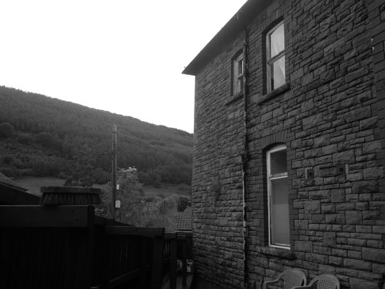Cwmcarn, UK: The hills are so close you can almost reach out and touch them!