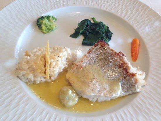 Bozouls, Frankreich: Filet de lieu jaune, Pôvre carotte, Brocco isolé et la feuille d'épinard flagada