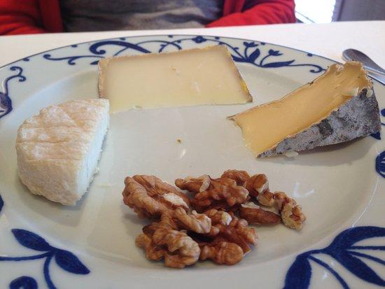 Bozouls, Frankreich: Assiettes de fromages, en sus...Bongo, 5€ et il faut demander les noix !