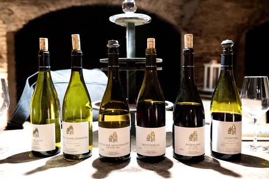 Aloxe-Corton, فرنسا: Wine tasting in the cellar