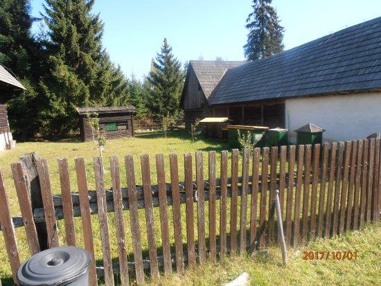 Pribylina, Slovensko: Pohľad do dvora včelára