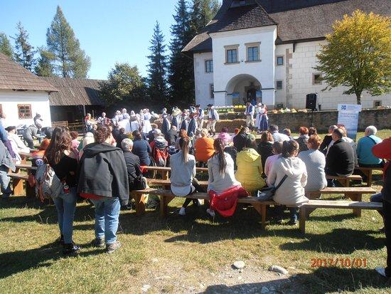 Pribylina, Slovensko: Pohľad z hľadiska na účinkujúcich