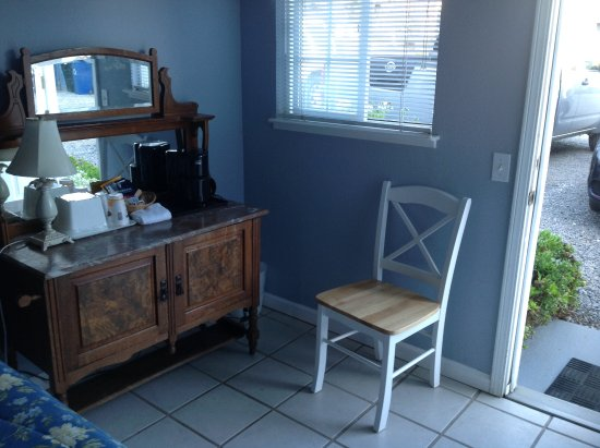 Bodega Harbor Inn: Cupboard & one single chair