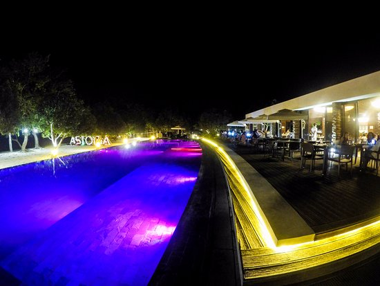 Astoria Palawan: Pool and restaurant at night
