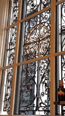 Threadneedles, Autograph Collection: Elegant Window in the Bar