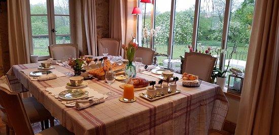 Echinghen, France: Belle table du petit-déjeuner
