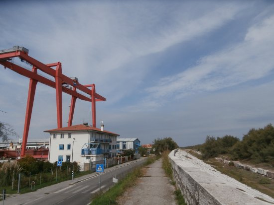 Pellestrina, Italie : da un lato la laguna e dall'altro la strada e l'abitato