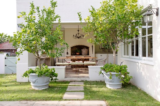 Kenilworth, South Africa: Patio around the pool