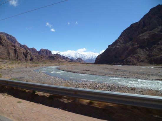 Las Cuevas, Argentina: Rio Mendoza al costado de la ruta y al fondo la Cordillera nevada