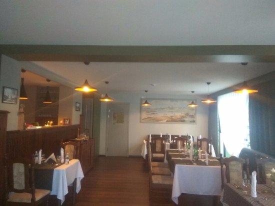 Tukums, Latvia: Большой зал и барная стойка ресторана