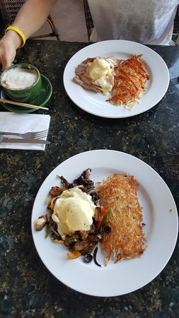 Kalaheo, Havai: Eggs Benny with ham and Veggie Benny, both with hashbrowns