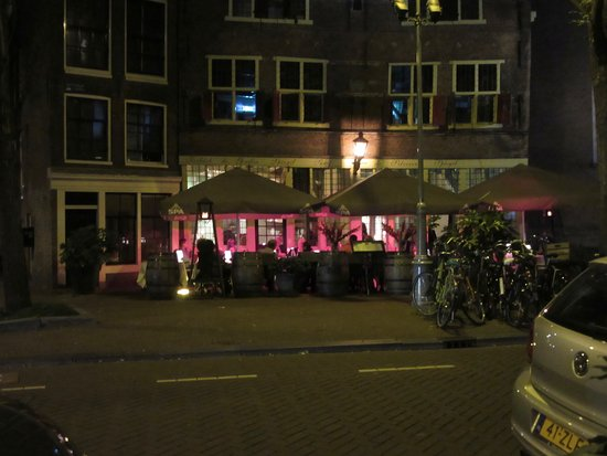 Renaissance Amsterdam Hotel: Bar across the street form the hotel