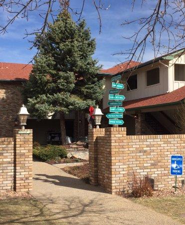 Hilltop Inn & Suites: Entry