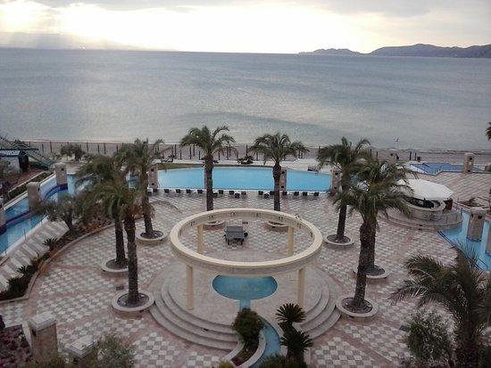 Club Hotel Loutraki: Piscina del hotel, y playa