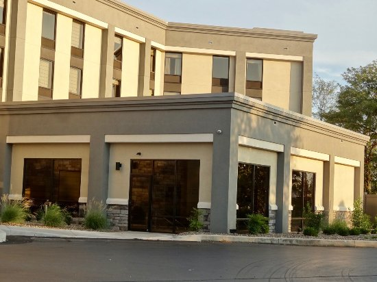 Hampton Inn Gettysburg: This shows the side of the hotel and its five floors.