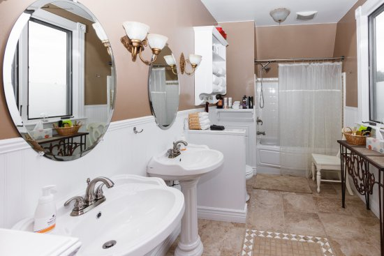 Addison, PA: Bathroom shared by the Teacher's and Trapper's rooms