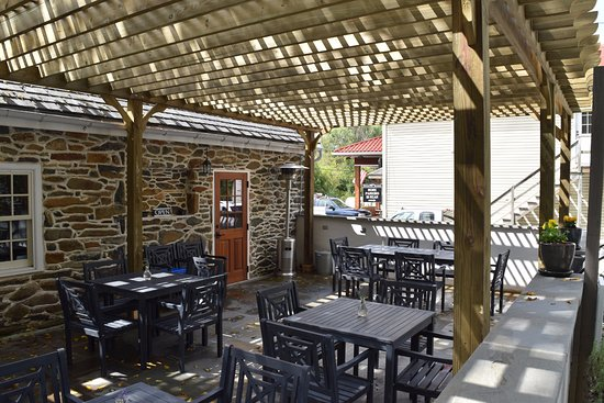 Upperville, VA: The tasting room patio.