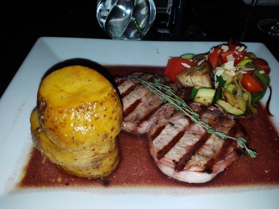 ADEGA - Tapas Dine & Wine: Schweinerückensteak vom Iberico-Schwein mit mediteranem Gemüse und Thymian-Kartoffel