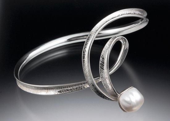 Salida, Κολοράντο: Sterling forged bracelet with fresh water pearl by Toni Tischer