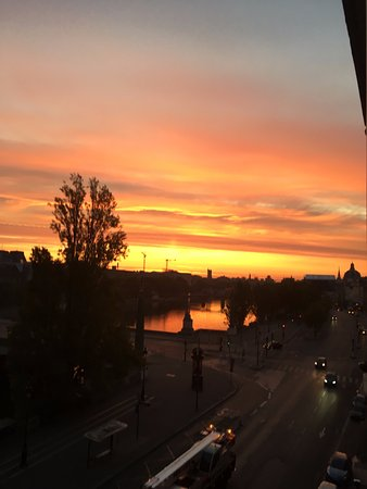 Hotel du Quai-Voltaire : Sunrise from 4th Floor Balcony