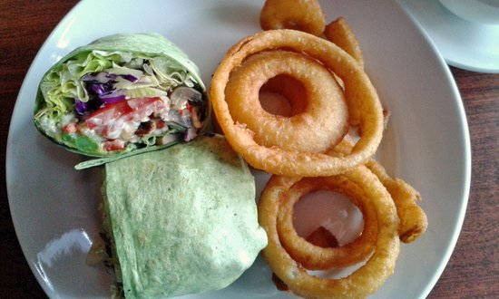Red Raven Restaurant: Spinach veggie wrap with onion rings on side.