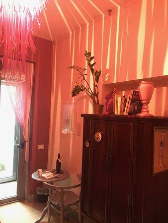 RossoSegnale Art Gallery B&B: The Pink Rabbit room.