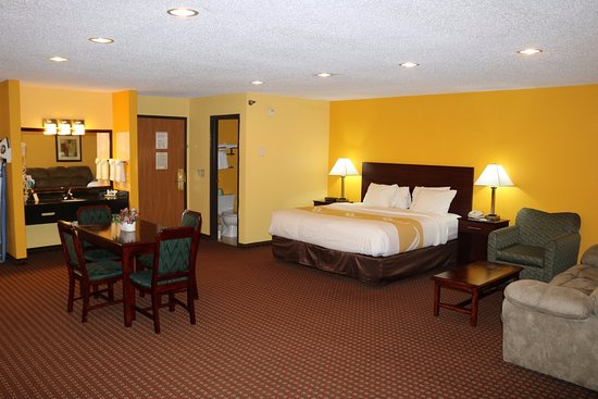 Mosinee, WI: King Suite Room with New Bedding